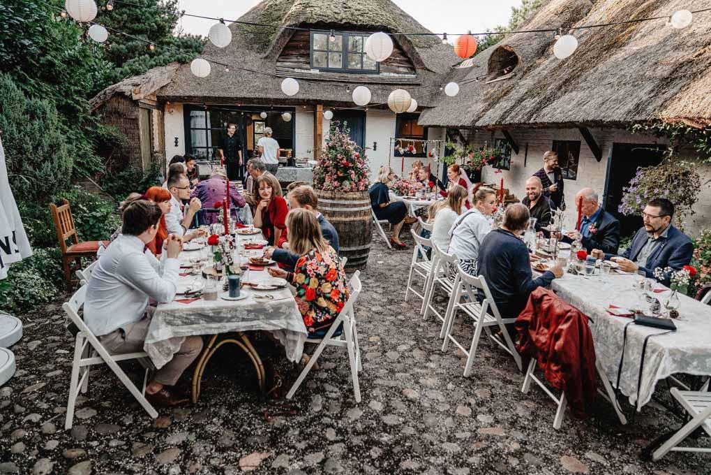 Trouwlocatie met gasten tijden diner op terras