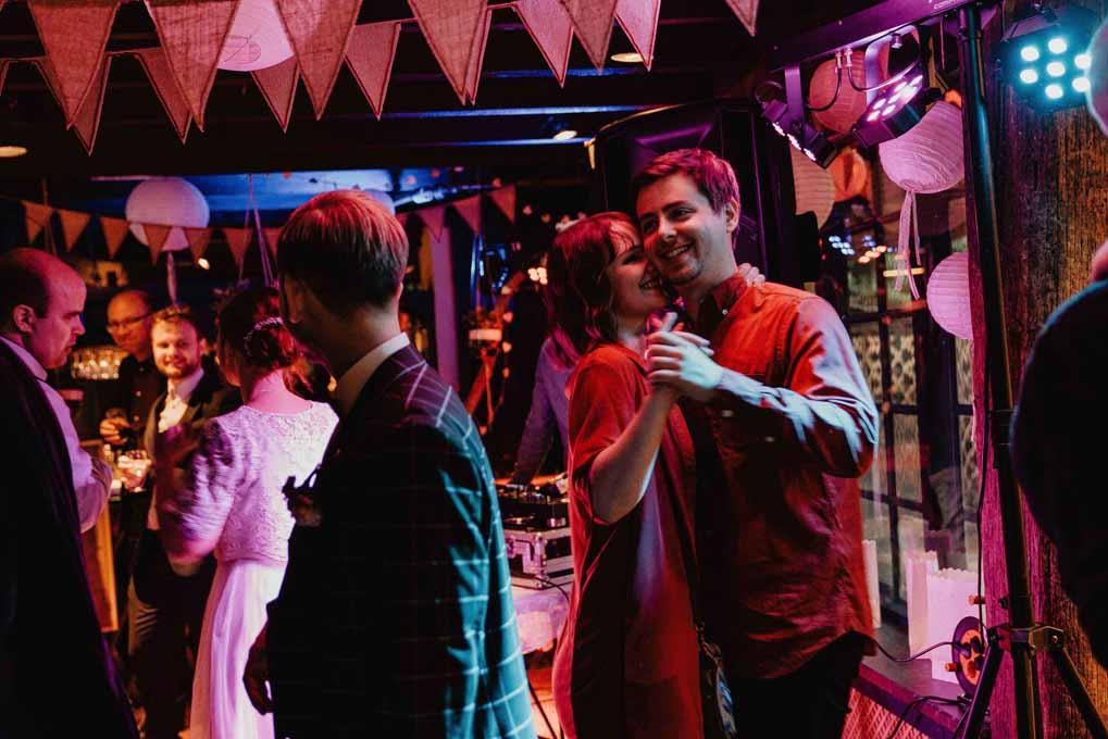 Trouwlocatie, feestlocatie met dansende mensen