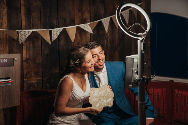 Feestlocatie Bruidspaar bij photobooth