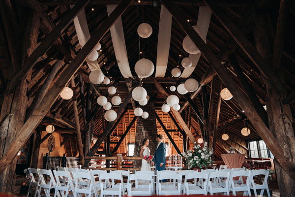 Trouwlocatie Feestlocatie Bruidspaar in landhuis op de boven verdieping met wit thema