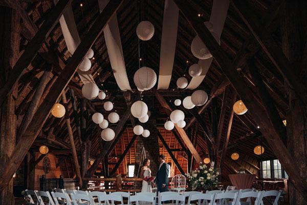 Trouwlocatie Feestlocatie Bruidspaar in landhuis op de boven verdieping met witte decoratie