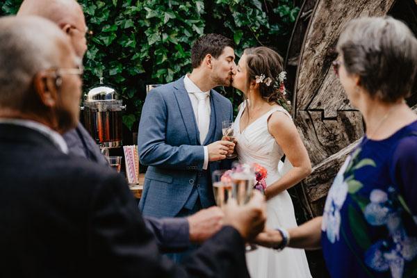 Trouwlocatie Feestlocatie Bruidspaar tijdens de eerste kus