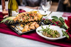 Feestlocatie Diner gevulde ananas met rijst en kip