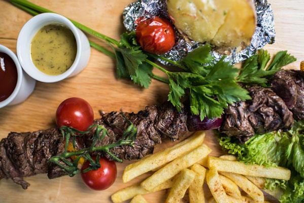 Feestlocatie Diner mixed spies, frites, gepofde aardappel en sauzen