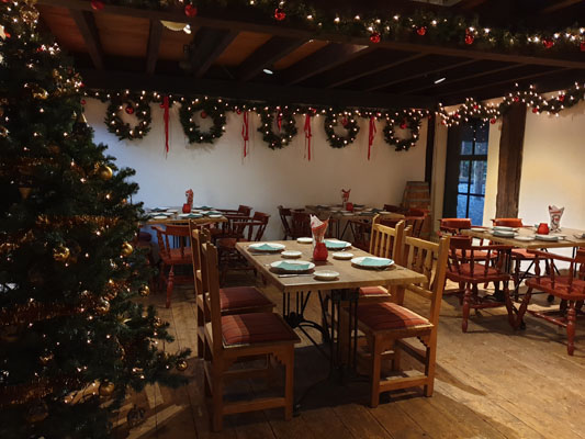 Feestlocatie Herenkamer met kerst decoratie ingedekt voor diner