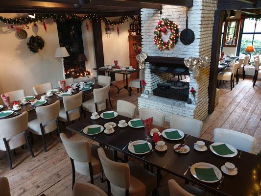 Feestlocatie Herenkamer met kerst decoratie met ingedekte diner tafels