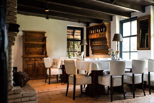 Feestlocatie Herenkamer sfeerfoto met open haard en tafels