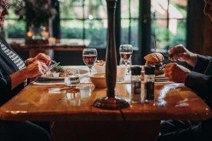Landhuis gedekte diner tafel met hamburger en zalm