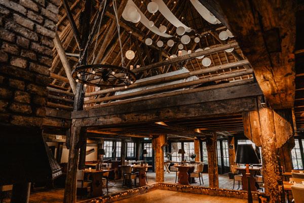 Landhuis met dansvloer en zicht naar de boven verdieping