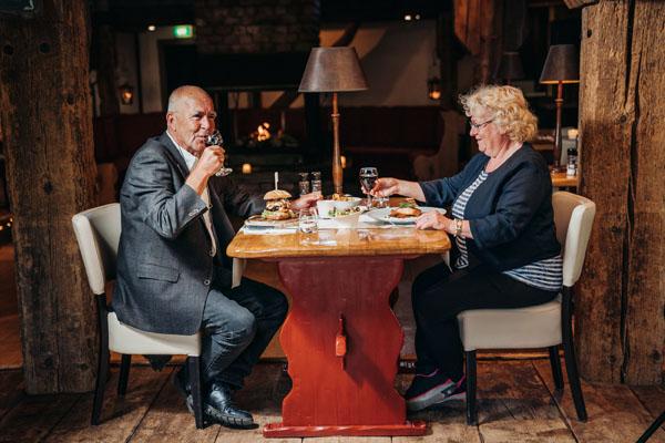 Landhuis, verliefd ouder echtpaar samen aan tafel