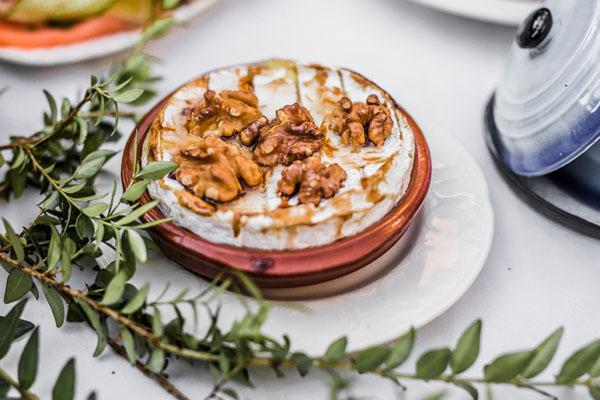Voorgerecht, gebakken camembert met honing en walnoten