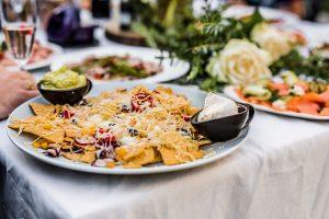 Voorgerecht, nacho's met guacamole en creme fraiche