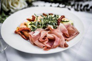 Voorgerecht, rauwe ham met verschillende soorten meloen