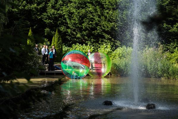 feestlocatie Activiteiten AquaBubble op de vijver met fontein